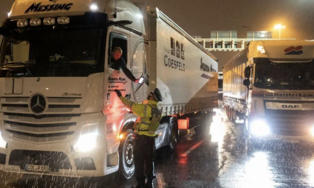 病毒变异造成大量卡车被困,英国超市还能持续供应吗?我们需不需要囤货过节?