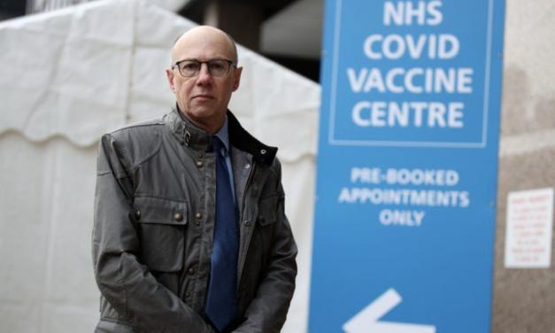 英国关闭所有免隔离国家的旅行通道,英国70岁以上群体接种疫苗。