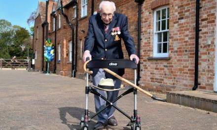 抗日老兵,因新冠逝世,享年100岁。他曾为NHS筹集近3300万英镑善款用于救治新冠病人。