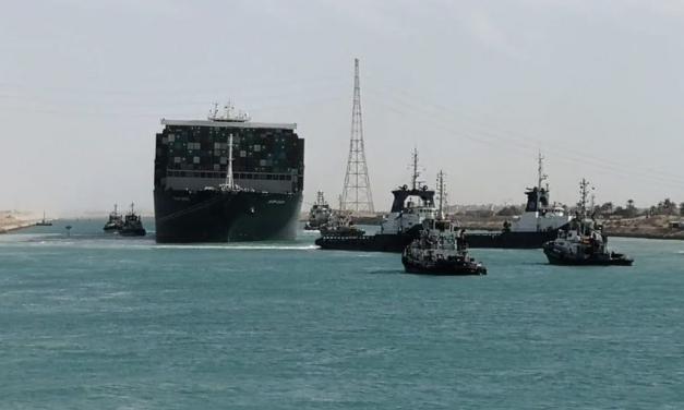 """堵塞苏伊士运河的""""长赐号""""终于漂起来了!"""