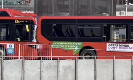 伦敦车站发生车祸,造成一死两伤。